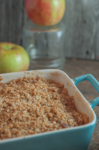 Apple Crisp from Farmwife Feeds, a warm delicious homemade apple dessert with a crisp oatmeal top and juicy soft baked apples. #recipe #applecrisp #apples #apple