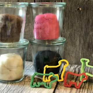 Homemade Playdough from Farmwife Feeds is an easy, fun and inexpensive treat for kids. #playdough #craft #homemade #inexpensivecraft